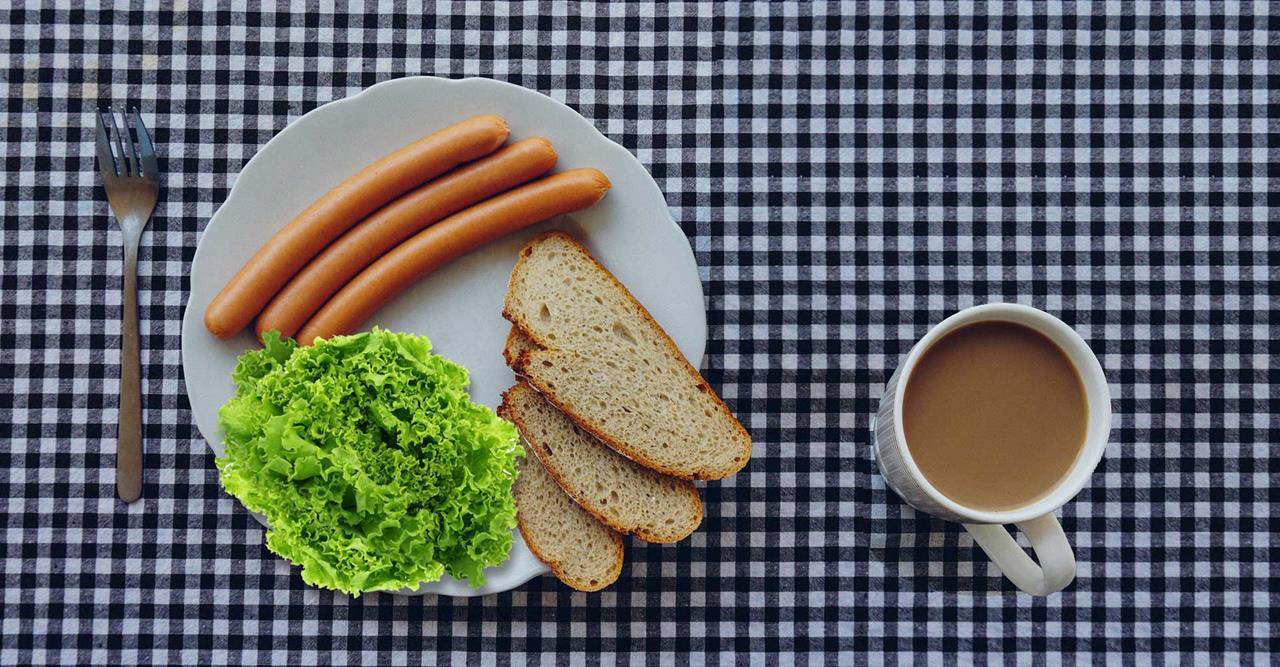 Горячие бутерброды с курицей, сыром, помидорами и свежим базиликом