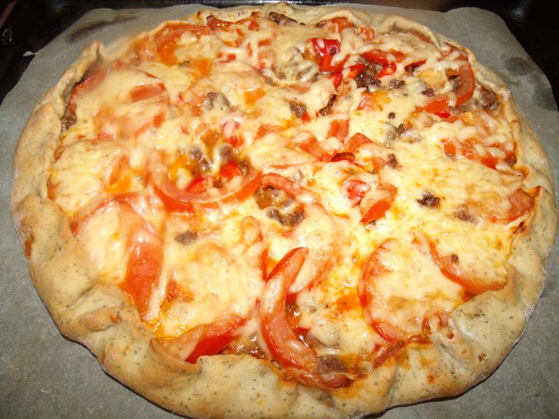 Пицца с мясным фаршем и помидорами