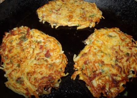 kartofelnye draniki s kolbasoj, chesnokom i ukropom 4