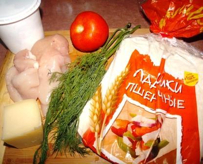 Ингредиенты для бурито с курицей, сыром и помидором