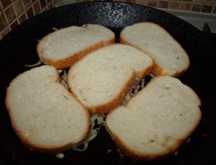 Жареные бутерброды на сковороде с картофелем и колбасой
