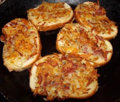 Бутерброды на сковороде с колбасой и картофелем