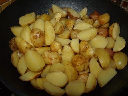 molodoj kartofel, zharennyj v kozhure s chesnokom i ukropom 3