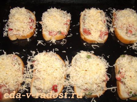 gorjachie buterbrody s kuricej, syrom, pomidorami i svezhim bazilikom 2