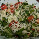 Салат из свежих овощей с пармезаном и соком лайма фото