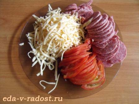 Домашняя пицца с колбасой и помидорами фото