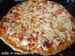 domashnjaja picca s kolbasoj i pomidorami 6