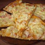 Пицца с ветчиной и ананасами - Гавайская фото